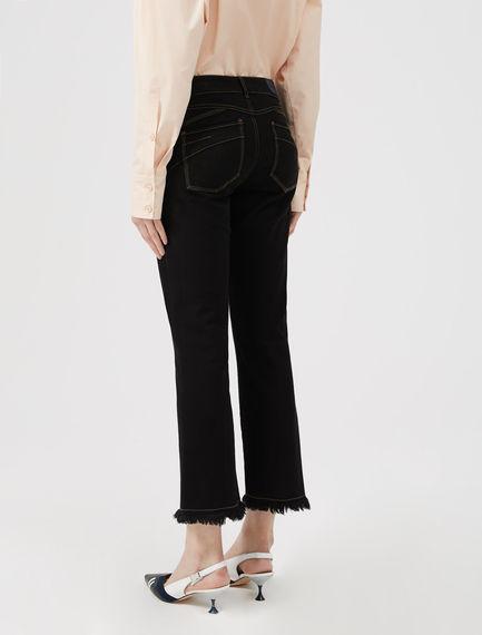 Jeans cropped svasati con orlo sfrangiato