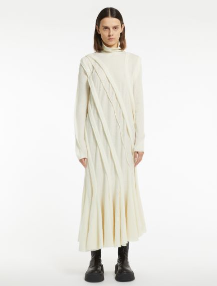 Jersey dress with form-fitting cuts